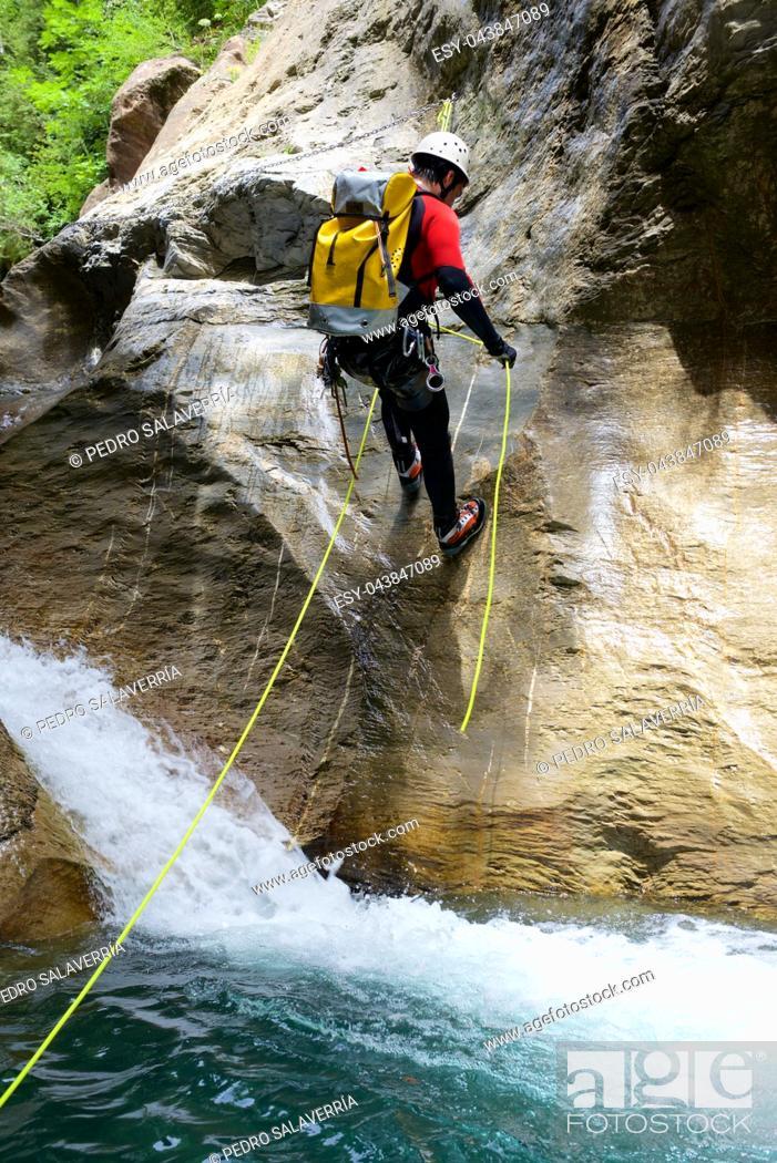 Imagen: Canyoning in Gorgol Canyon, Tena Valley, Pyrenees, Huesca Province, Aragon, Spain.
