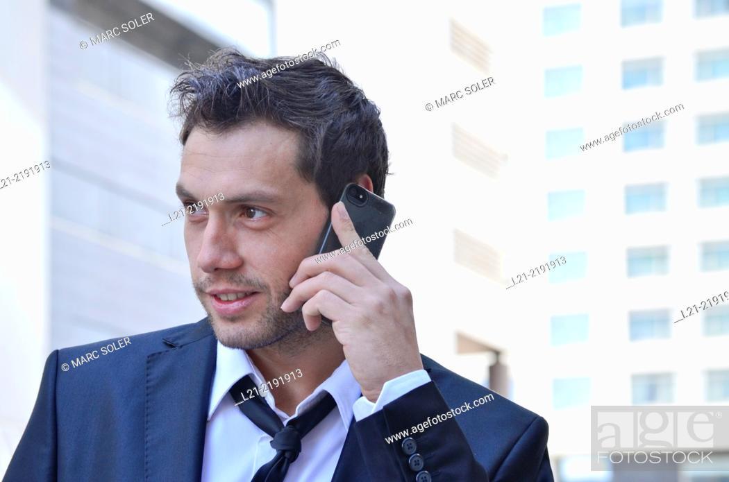 Imagen: Businessman talking on mobile phone.