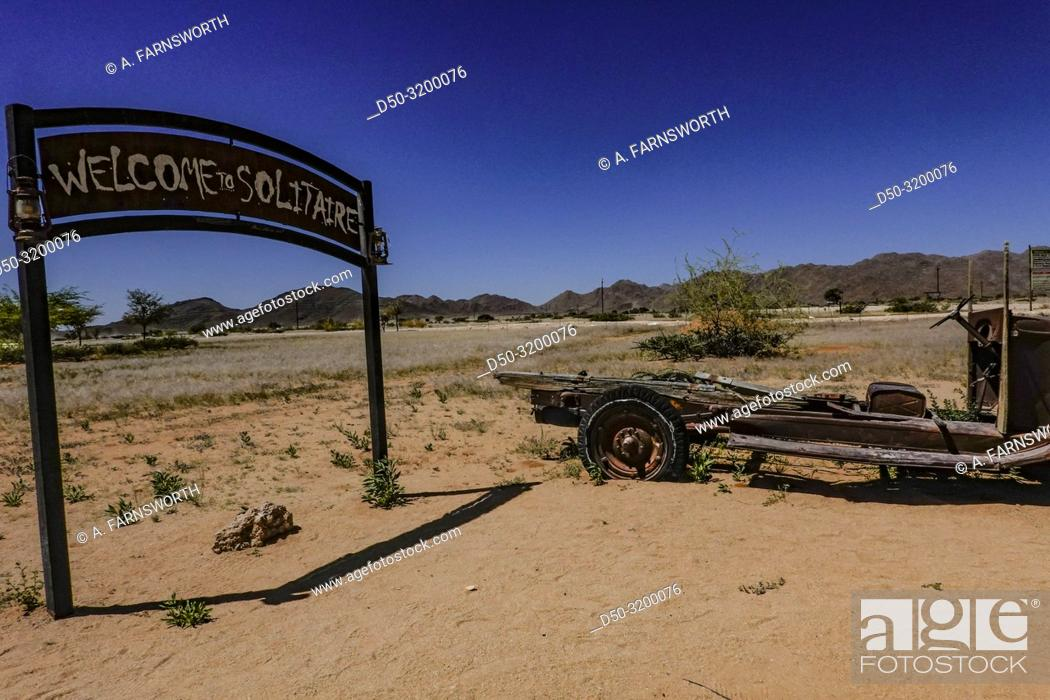 Imagen: The entrance sign ot the gas station in Solitaire, the only gas station around for miles. Old cars. Solitaire, Namibia.