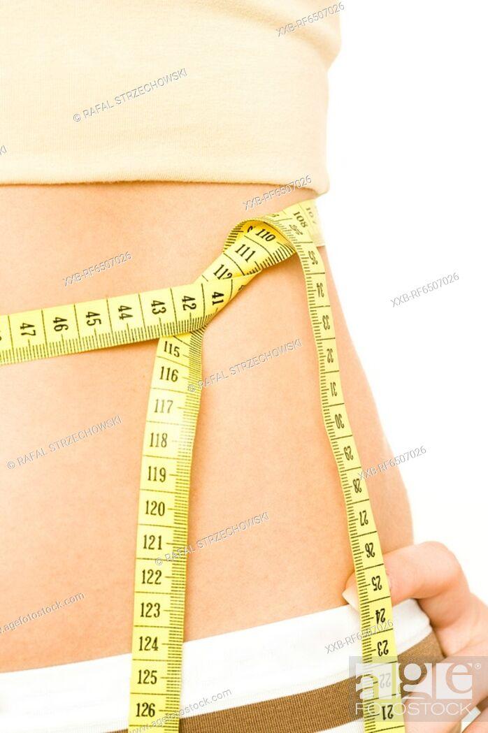 Imagen: woman measuring waist.