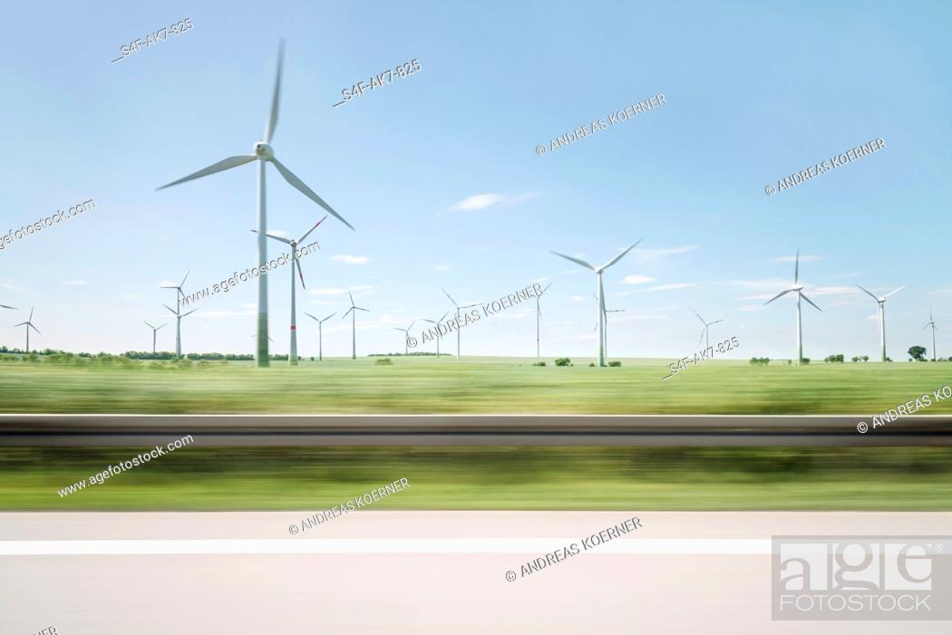 Stock Photo: Windpark am Straßenrand.