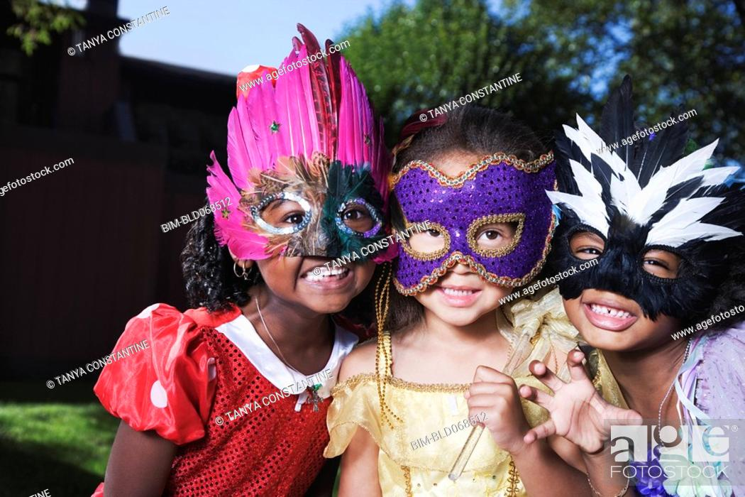 Imagen: African girls wearing masks.
