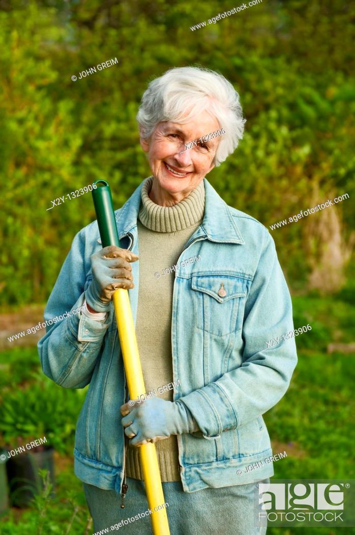 Photo de stock: Portrait of a senior woman working in the garden.