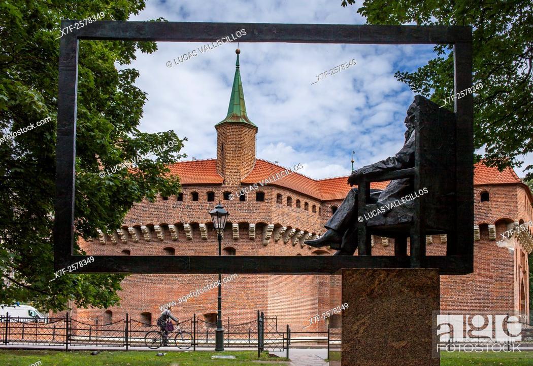 Imagen: Jan Matejhko sculpture and the Barbican. Krakow. Poland.