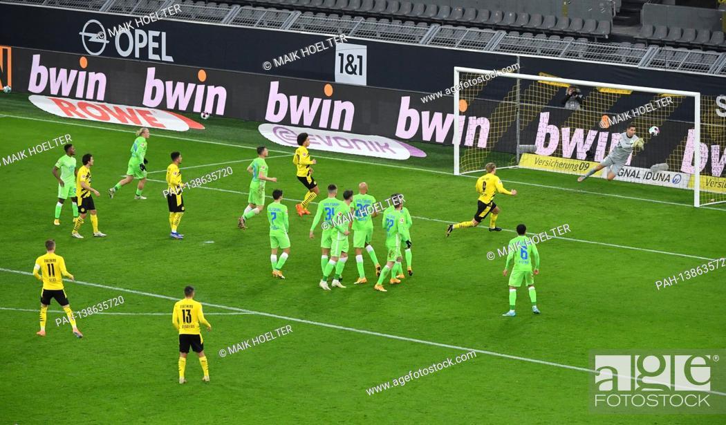 Stock Photo: goalwart Koen Casteels (VfL Wolfsburg) parries the free kick by Marco Reus (Borussia Dortmund), left, action, parade. 03.01.