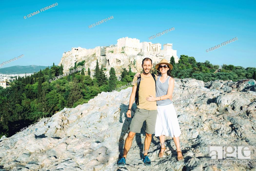 Imagen: Greece, Athens, happy couple with The Acropolis in the background.
