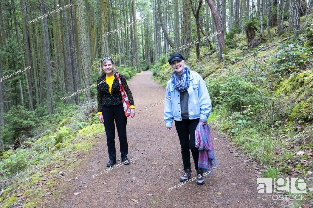Imagen: Two women hiking at Edith Point on Mayne Island, BC, Canada.
