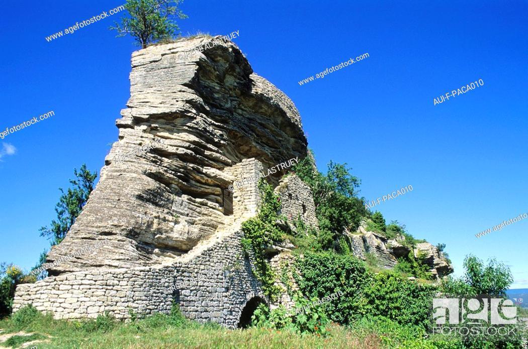 Stock Photo: Haute-Provence - Le pays d'Apt Saignon - Le rocher de Bellevue.