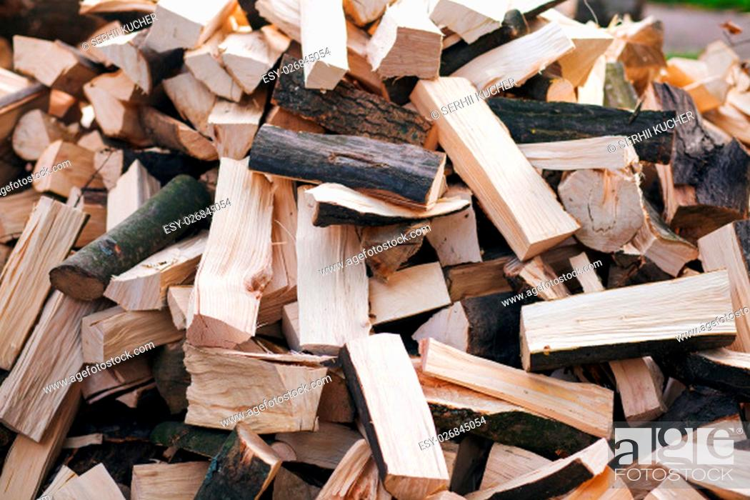 Imagen: Firewood background - chopped firewoods on a stack.