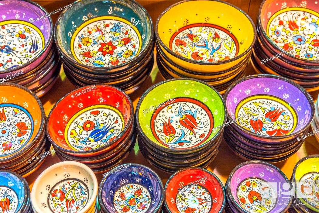 Imagen: Collection of Traditional Turkish ceramic bowls and plates with painted landmarks on sale at Grand Bazaar in Istanbul, Turkey.