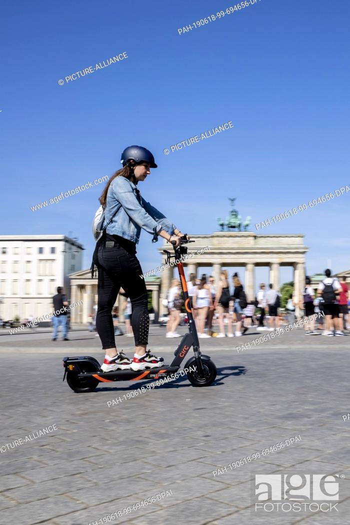 Imagen: 18 June 2019, Berlin: Zeynep Balyali, Marketing Manager at Circ, drives an E-Tretroller at a photo shoot in front of the Brandenburg Gate.