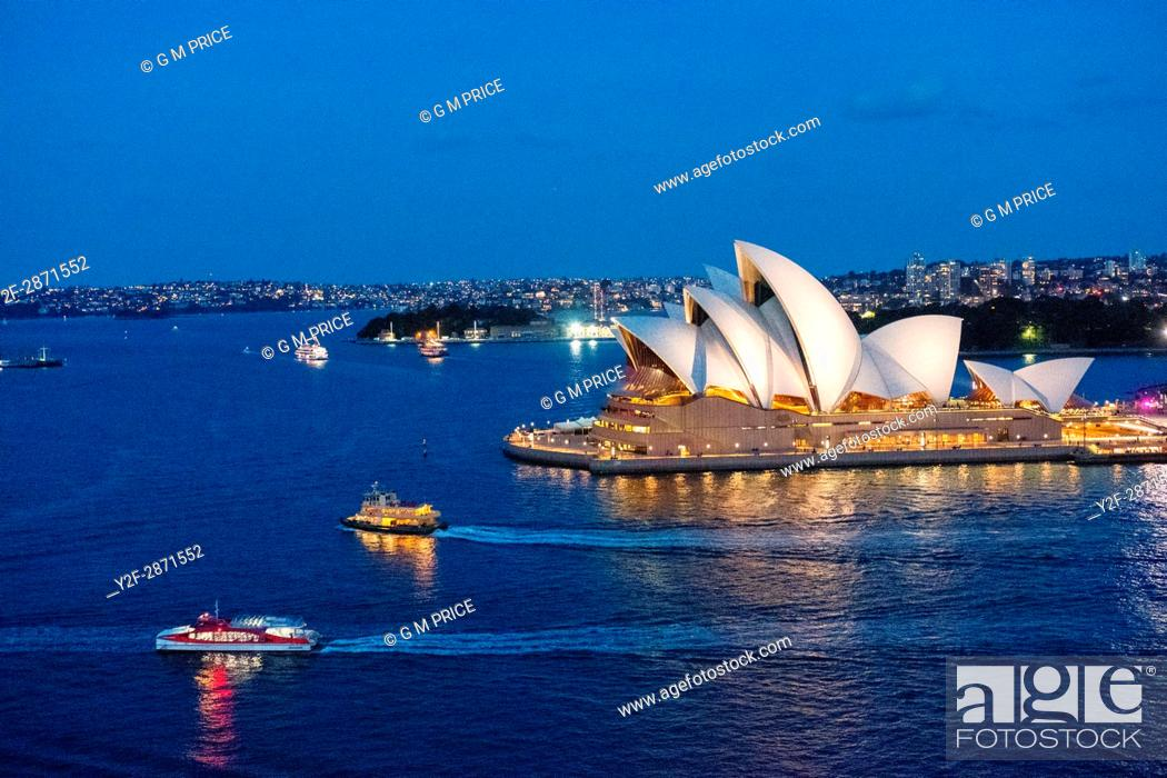 Imagen: Sydney Harbour at dusk with boats and opera house.