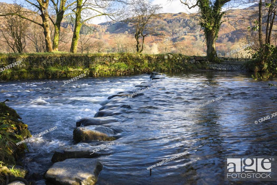 Imagen: Stepping stones over the River Derwent beside the ford in the Borrowdale Valley near Rosthwaite in the Lake District National Park, Cumbria, England.