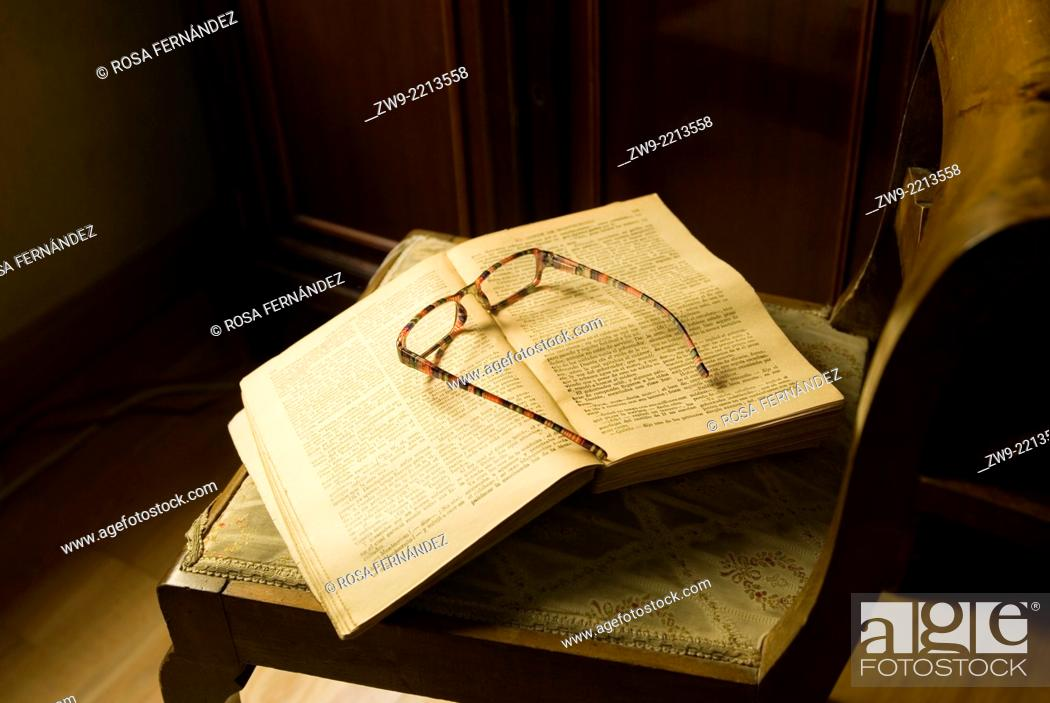 Photo de stock: Open book and glases, Madrid.