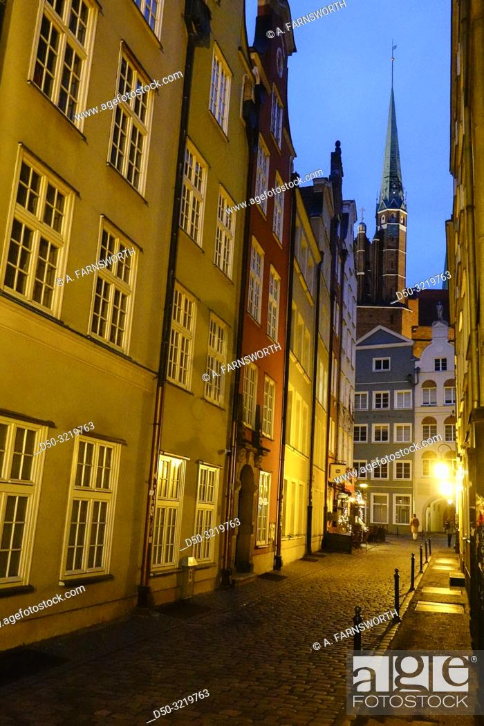 Imagen: Gdansk, Poland Pedestrians on Dlugi Targ or Long Street in the Old Town.