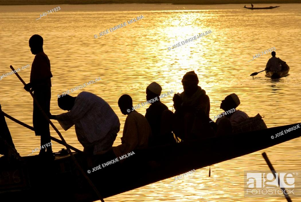 Stock Photo: Mali. Sahel. Niger river. Port of Moptí. Traditionals boats. Transport by the river and fishermen.