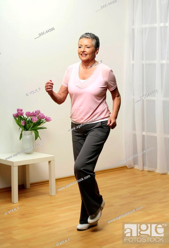 Imagen: older woman doing gymnastics - knee lift - senior.