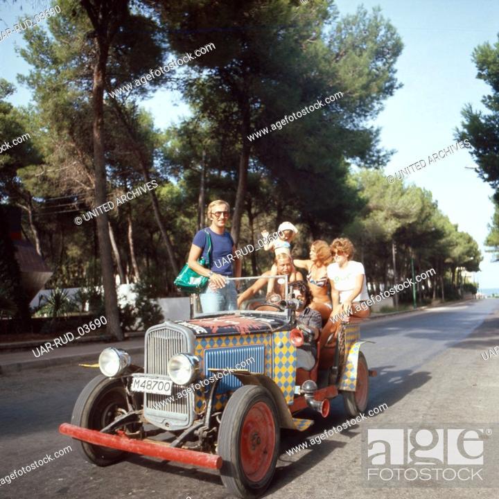 Stock Photo: Eine Partygesellschaft macht eine Spritztour, Ibiza 1976. A party society going for a run in the car, Ibiza 1976.