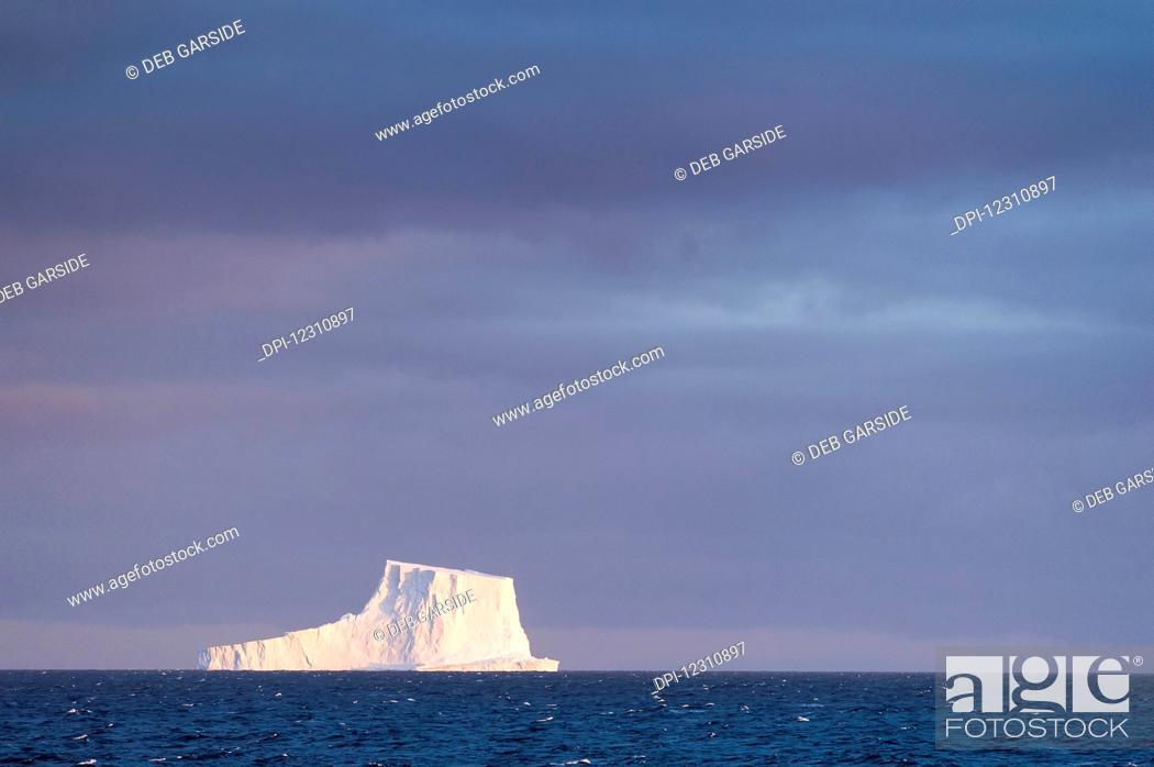 Imagen: Iceberg in the middle of the ocean; Antarctica.