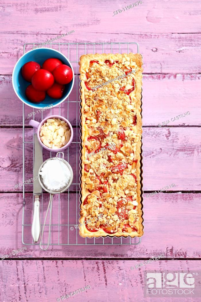Photo de stock: Plum tart with almonds and crumbles.