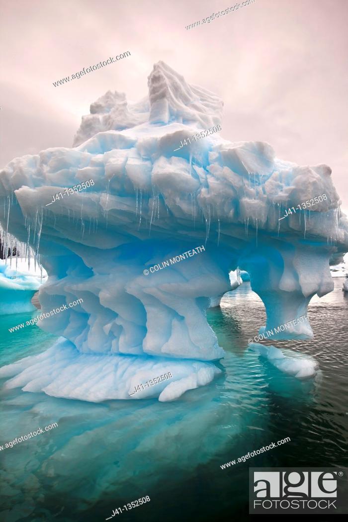 Imagen: Eroded iceberg with icicles, Pleneau Island, Antarctic Peninsula.