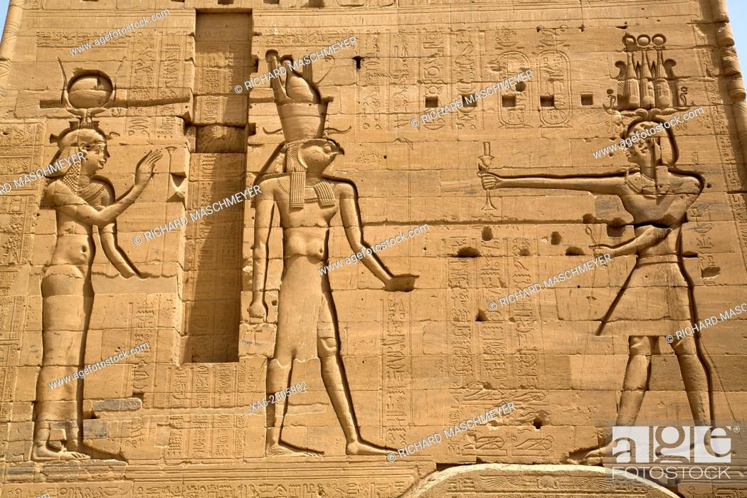 Imagen: Reliefs of the Goddess Hathor (left) and the God Horus (center) with Neos Dionysos (right), Second Pylon, Temple of Isis, Island of Philae, Aswan, Egypt.