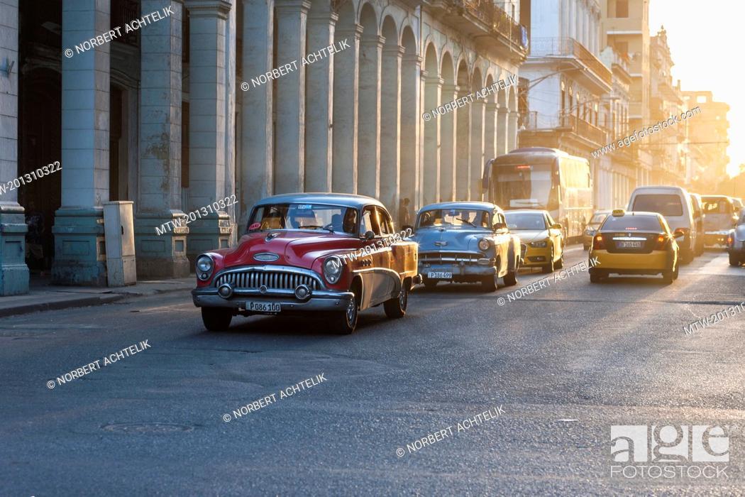 Imagen: Old American car on street, Havana Cuba.