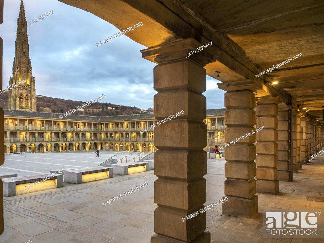 Imagen: Lights coming on at dusk at the Piece Hall Halifax West Yorkshire England.