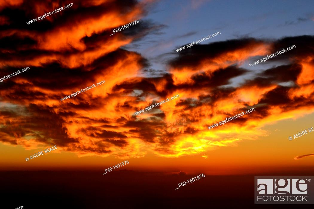 Stock Photo: Spectacular sunset over the Pacific Ocean, West of the Hawaiian Islands.