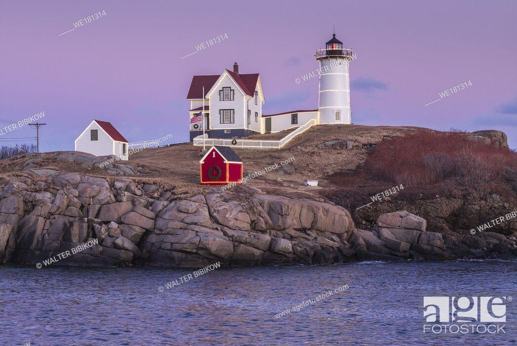 Photo de stock: USA, Maine, York Beach, Nubble Light lighthouse, dusk.