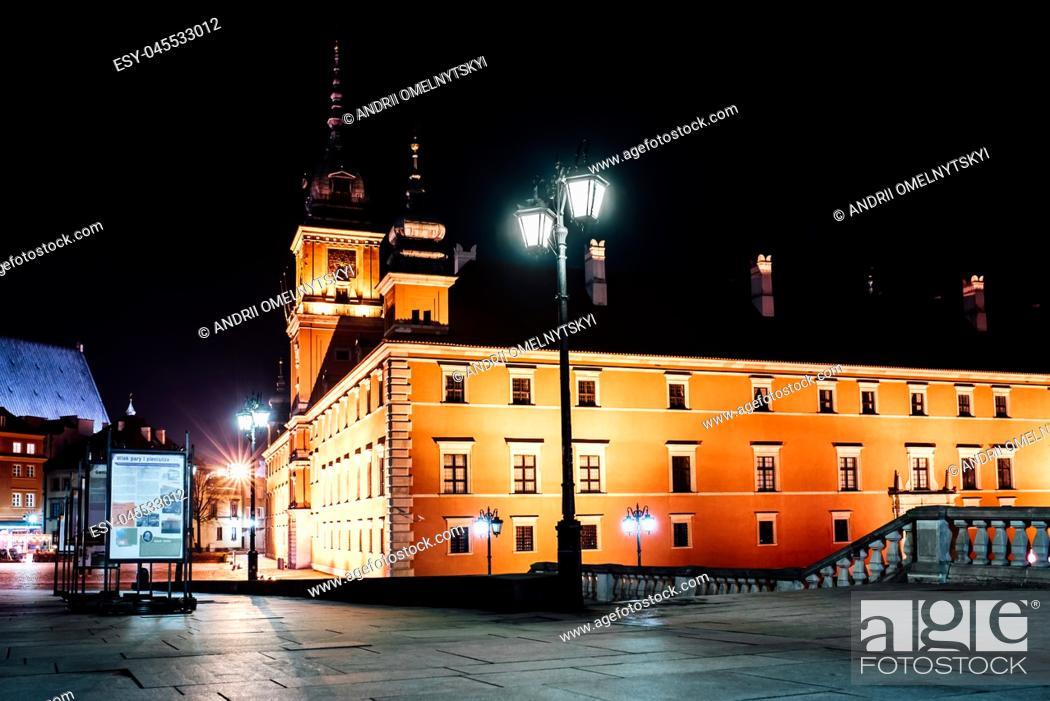 Imagen: tourist area of the old town in night Warshawa Poland.