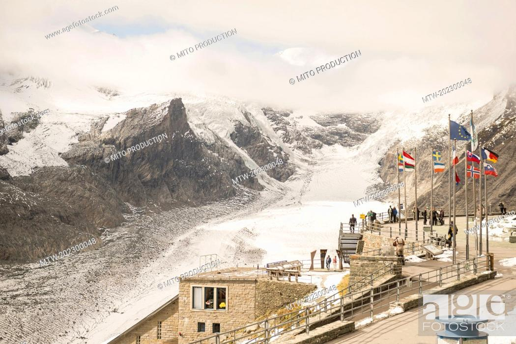 Imagen: High angle view of tourists in observing point, Grossglockner mountain with Glacier Pasterze, Hohe Tauern National Park, Carinthia, Austria.