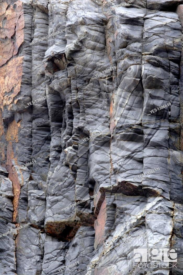 Imagen: Rock patterns along cliff face, Cornwall, England, UK.