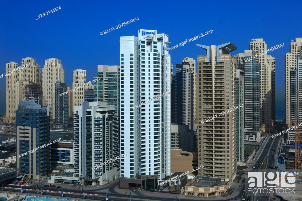 Imagen: Dubai, UAE - March 19, 2009: High angle view of the Towers on Dubai Marina. Construction continues even though the rest of the work is in an economic crisis.