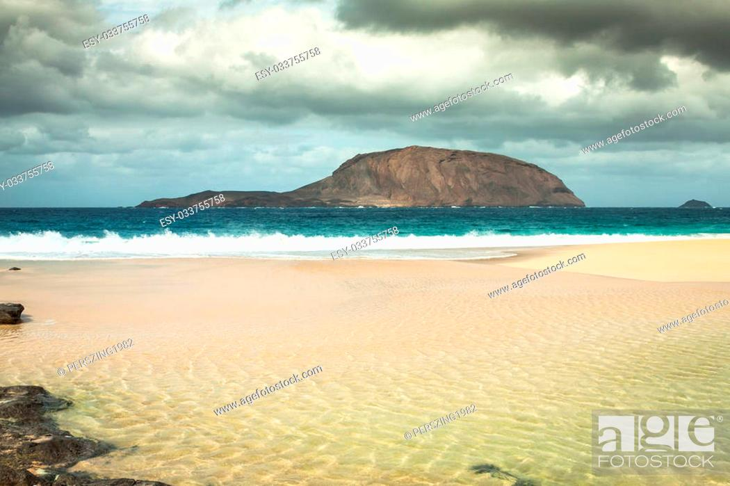 Photo de stock: Beautiful beach las conchas,on La Graciosa, a small island near Lanzarote, Canary Islands.