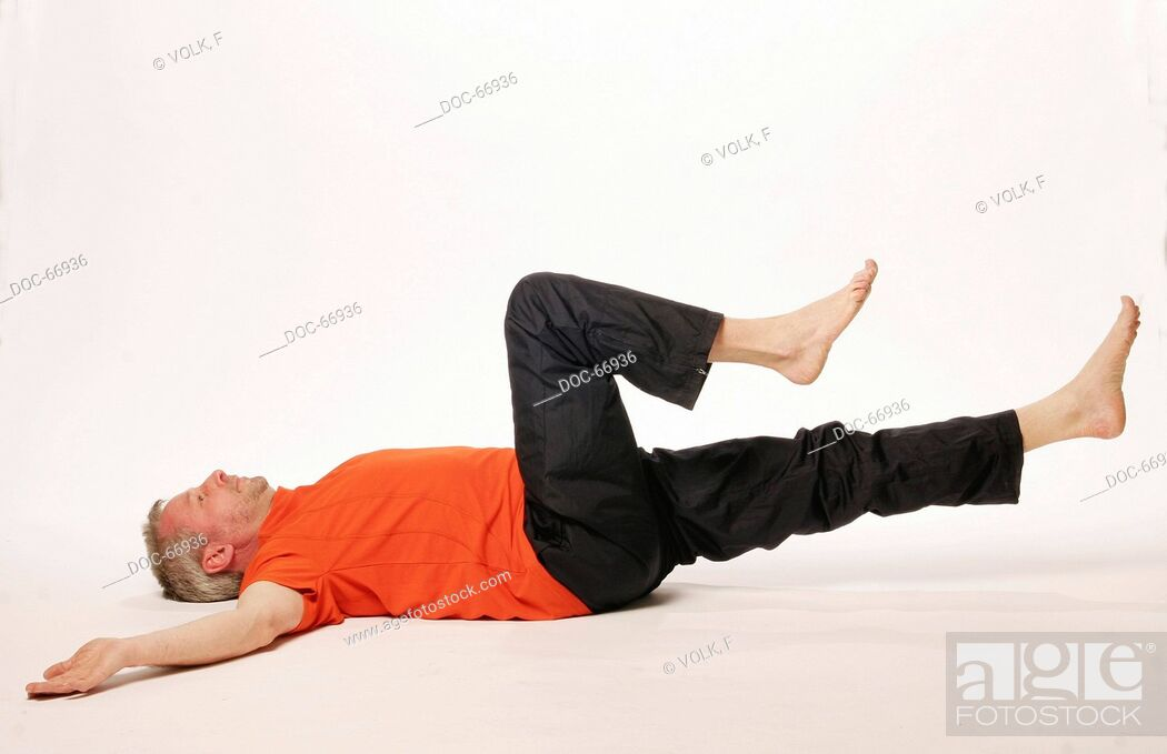 Imagen: older man lying on the floor on his backside - both arms on the side of his head - on leg is streched and the other one is bented in direction to the belly -.