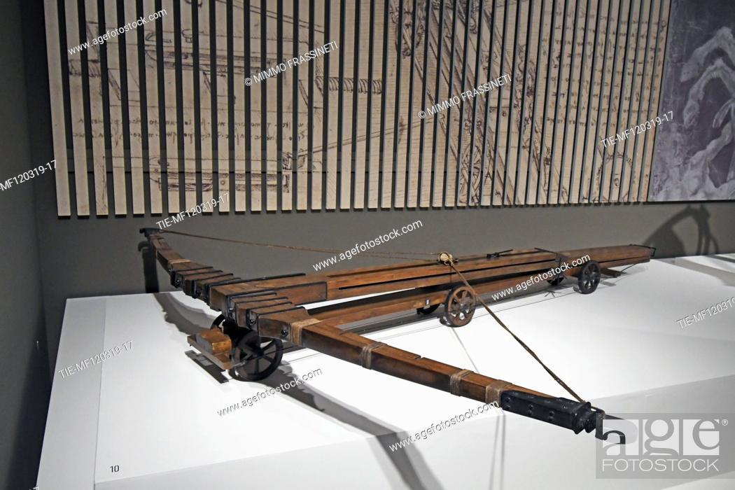 Imagen: Exhibition 'Leonardo da Vinci. La scienza prima della scienza' ( The science before the science)Crossbow at Scuderie del Quirinale, Rome, ITALY-12-03-2019.