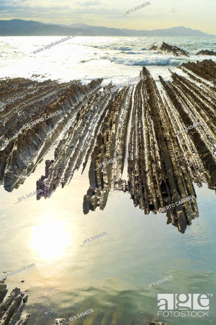 Imagen: Steeply-tilted Layers of Flysch, Flysch Cliffs, Flysch Coast, Basque Coast Geopark, Basque Coast UNESCO Global Geopark, European Geopark Network, Zumaia.