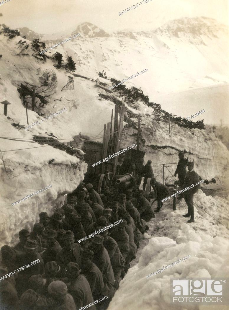 Imagen: World War I: Soldiers in a trench in the snow pulling a gun, shot 1914-1918.