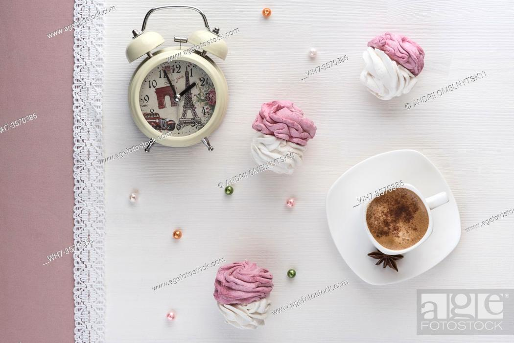 Imagen: handmade marshmallows near a Cup of coffee and watch the alarm on the lace.