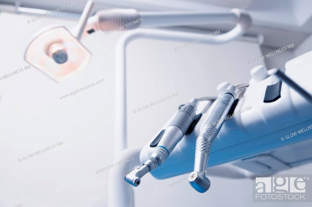 Imagen: Close-up of dental instruments in an examination room.