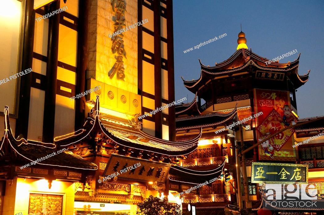 Stock Photo: China, Shanghai, Yuyuan garden shopping centre.
