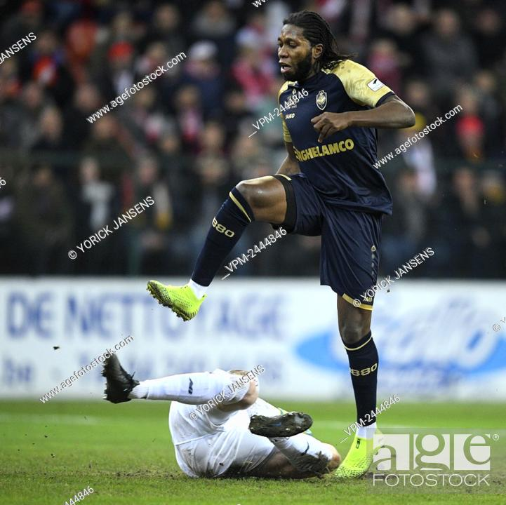 Standard s Goalkeeper Arnaud Bodart And Antwerp s Dieumerci Mbokani Bezua Fight For The Ball During Stock Photo Picture And Rights Managed Image Pic VPM Agefotostock