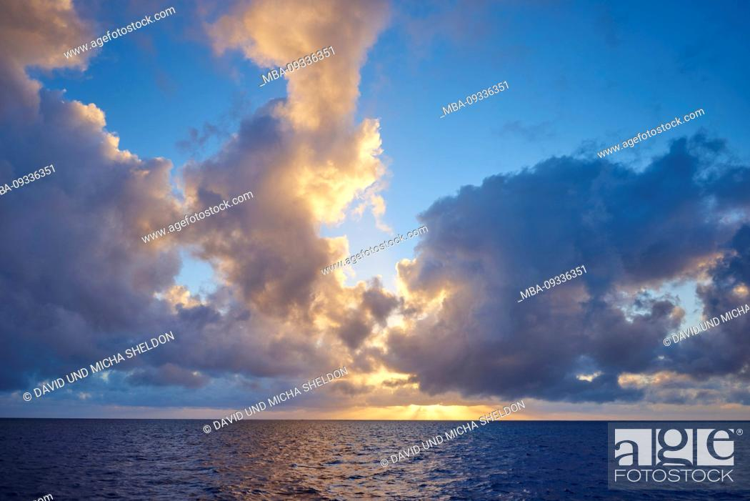 Photo de stock: Sunrise over the coral reef, coral sea of the Great Barrier Reef at Cairns, Australia.