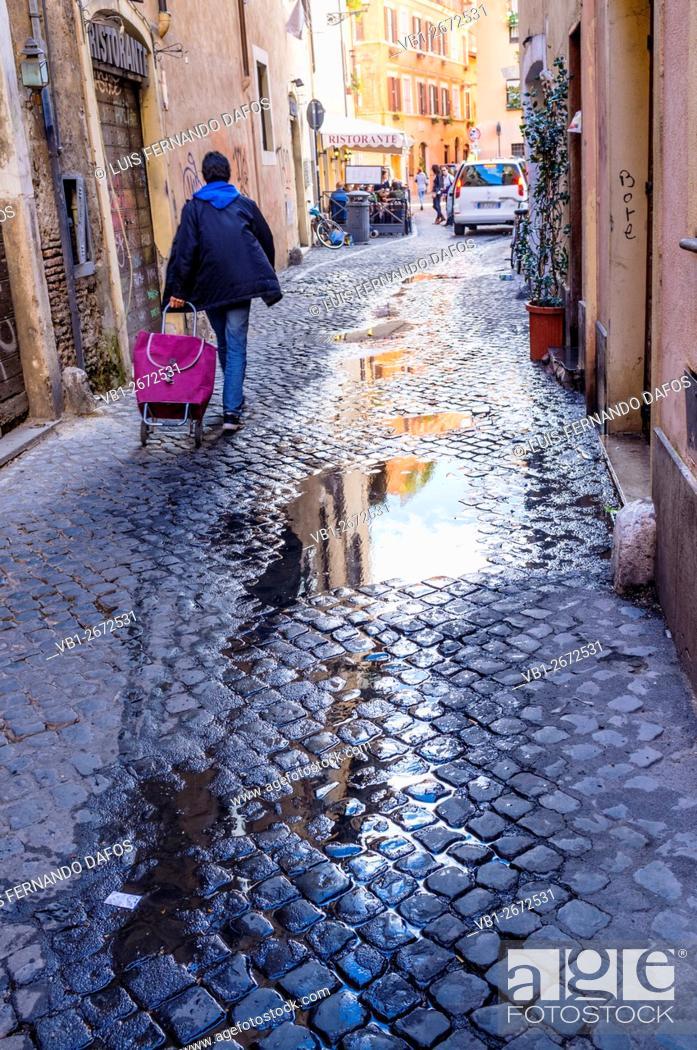 Imagen: Street scene in Trastevere district. Rome, Italy.