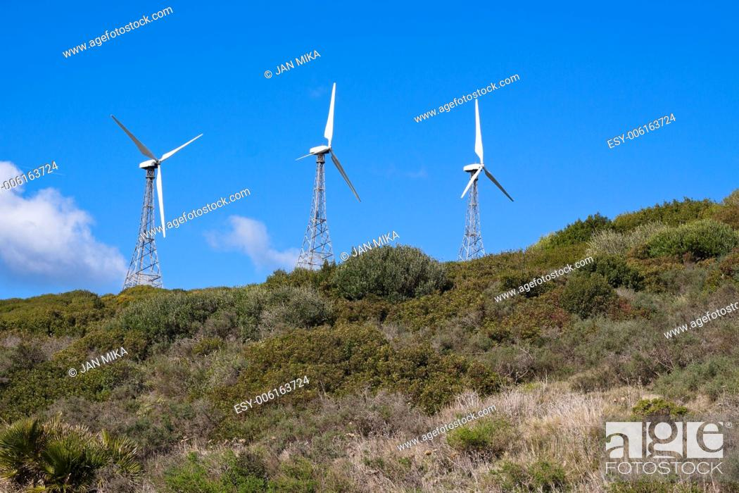 Imagen: Wind turbines on the green hill with blue sky Tarifa, Cadiz, Andalusia, Spain.