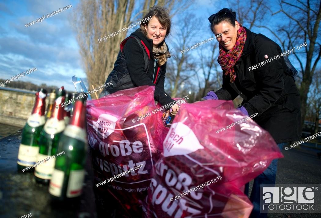 Photo de stock: Volunteers Gil Koebberling (L) and Nerissa Rohhardt help picking up the garbage left over from the New Year's celebrations at the Maschsee in Hanover, Germany.
