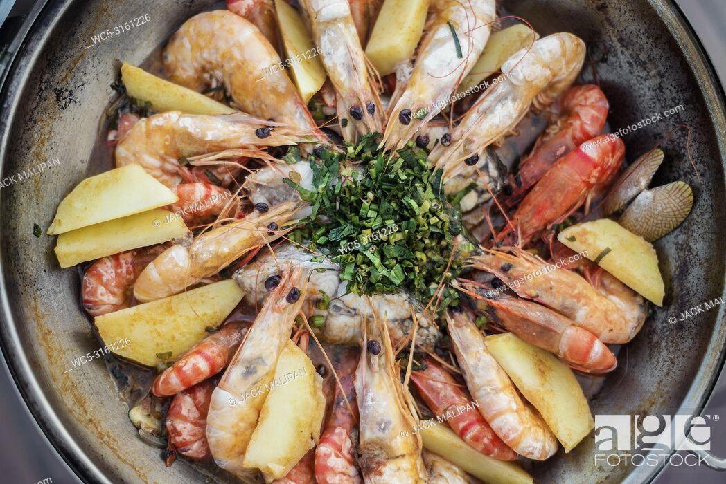 Imagen: prawn fish seafood stew in garlic white wine sauce portuguese cataplana style.