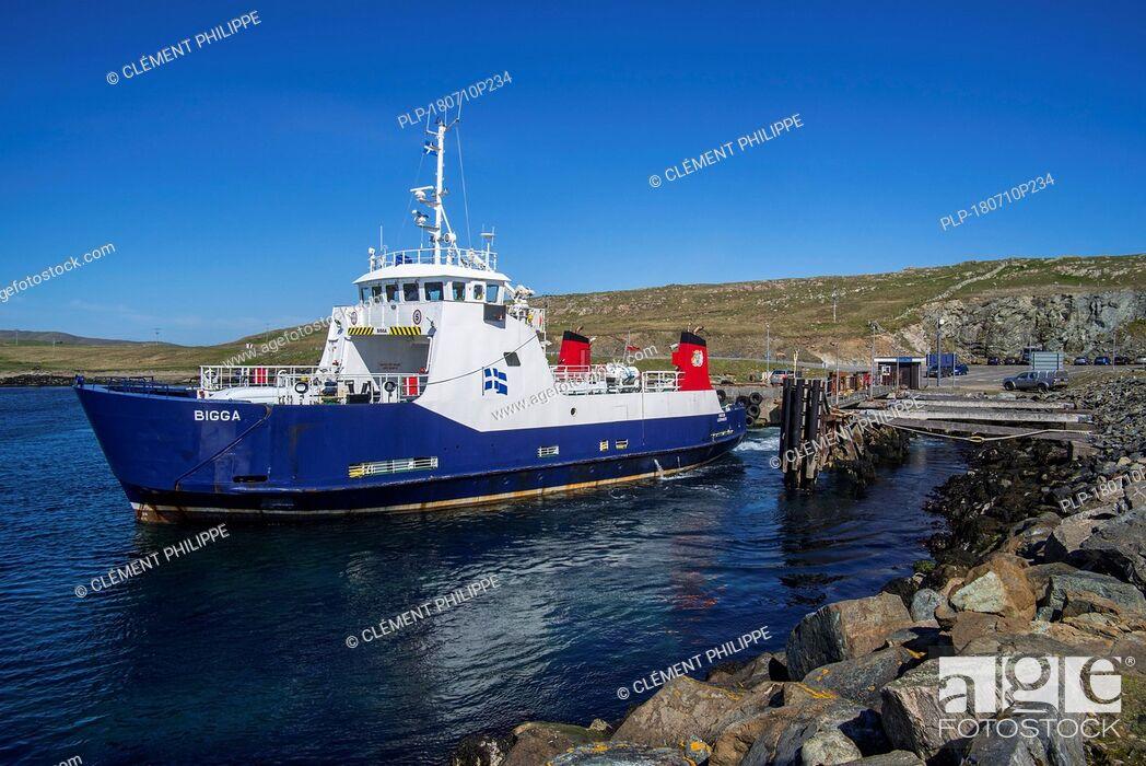 Imagen: Bigga, passenger and car ferry that operates on Bluemull sound service, SIC Ferries leaving Belmont on Unst, Shetland Islands, Scotland, UK.