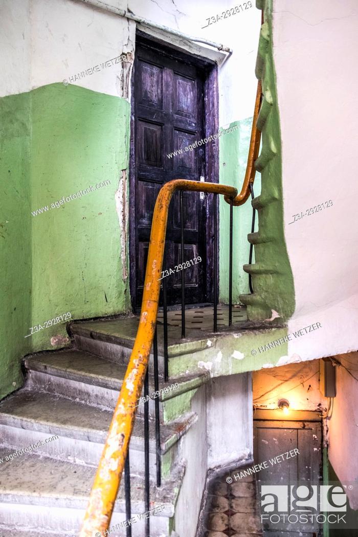 Imagen: Stairs of an old building in Tallinn, Estonia.